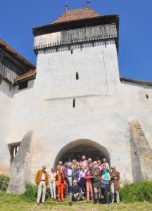 Reisegruppe vor Kirchenburg in Viscri-Deutschweißkirch